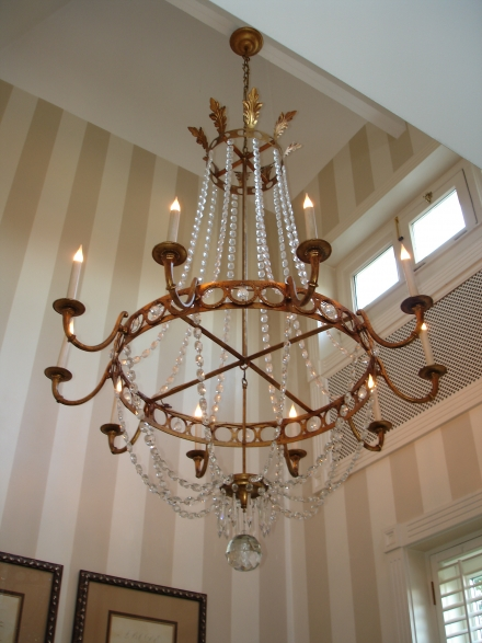 https://www.empelcollections.com/bestanden/artikelen/1/2569_Chandelier_2C_PARAMOUNT_custom_creation._Hangs_in_tower._10_lights._Crystal_and_gold_leaf..JPG?1515673548
